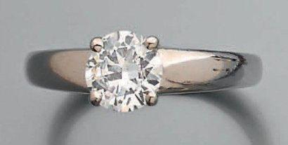 Bague jonc ornée d'un diamant brillanté (Certificat...