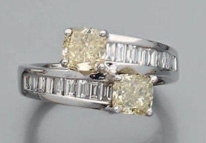 Bague croisée toi et moi Ornée de deux diamants...