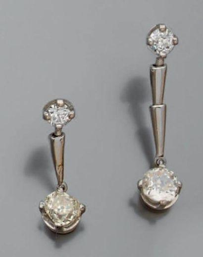 Paire de pendants d'oreille en or blanc 18k,...