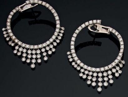 Paire de pendants d'oreille créoles À pampilles, sertie de brillants (4 cts env)....