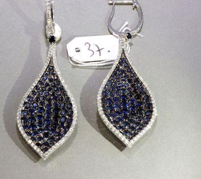 Paire de pendants d'oreille «feuille» en or blanc 18k, sertie de saphirs ronds,...