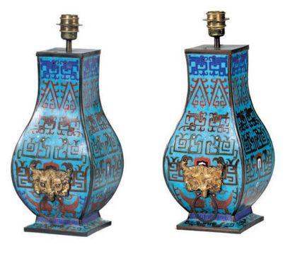 Paire de lampes formée de deux vases balustres...