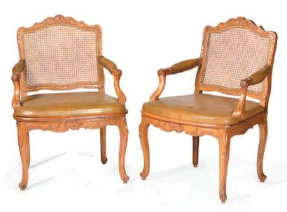 Paire de fauteuils à la reine en bois naturel...