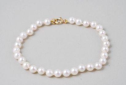 Bracelet formé de perles de culture blanches....