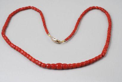 Collier en perles de corail facettées en...