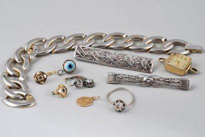 LOT de bijoux et débris :  Bague solitaire...