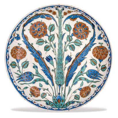 IZNIK (ANATOLIE -TURQUIE) Plat au cyprès vert Plat (sahan) en céramique à pâte siliceuse...