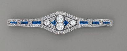 BROCHE 1920, en platine, diamants et saphirs...