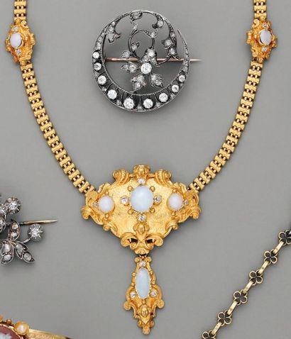 COLLIER XIXe, en or, opales et diamants