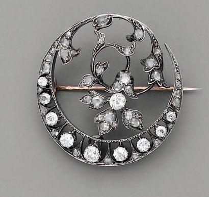 BROCHE XIXe, fleur et diamants, en or