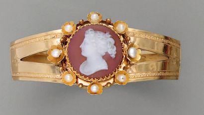 BRACELET XIXe, en or, camée agate et perles...
