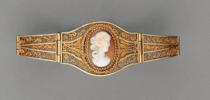 BRACELET XIXe, en or filigrané et camée