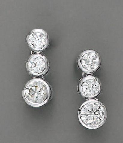 PENDANTS D'OREILLE six diamants (3,70 cts),...