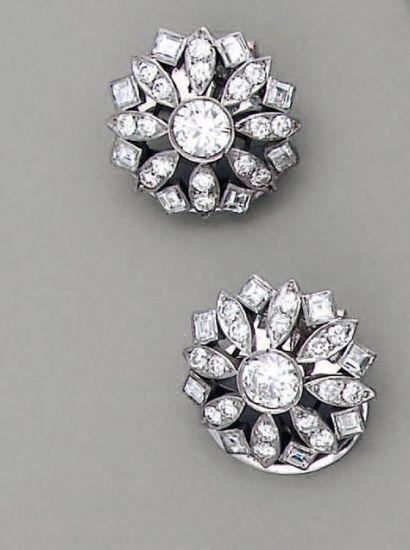 CLIPS D'OREILLE fleurs 1920, en platine et...