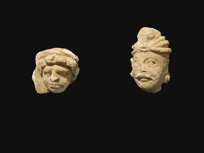 Deux têtes. En stuc. H : 4 et 6 cm