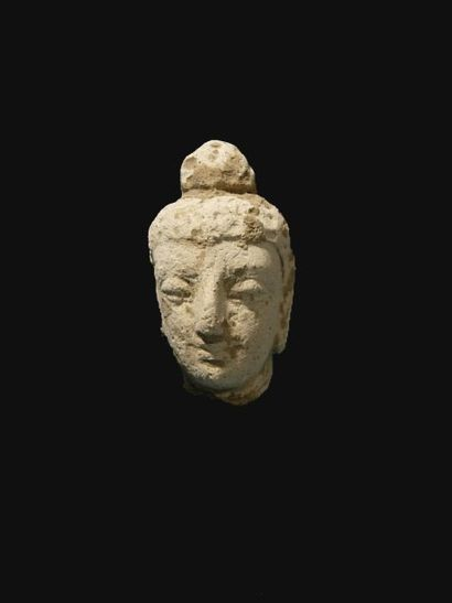 Tête de Bouddha. En stuc. H : 6 cm