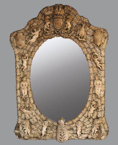 Miroir en os à décors de feuilles de chênes,...
