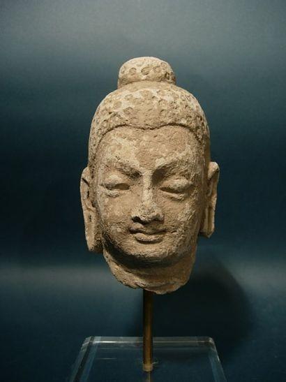Tête de Bouddha. En stuc. H : 15 cm