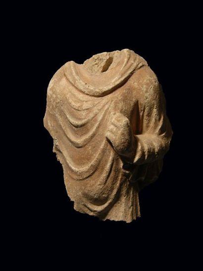 Torse de Bouddha. En stuc. H : 17.5 cm