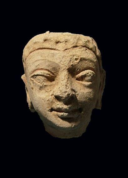 Tête de Bouddha. En stuc. H : 6.5 cm