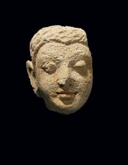 Visage fragmentaire de Bouddha. En stuc....