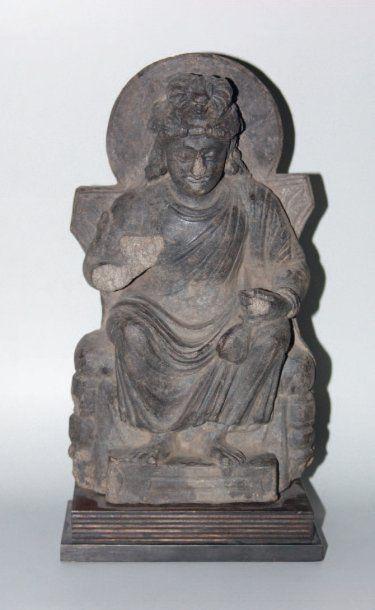 Bodhisattva auréolé, représenté assis. En...