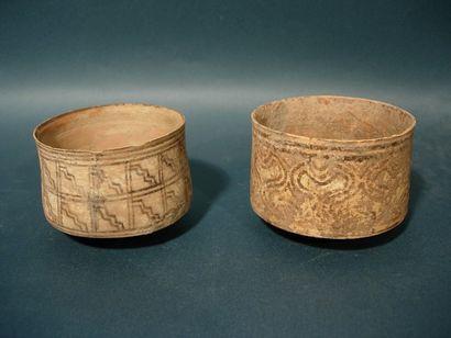 Deux bols. En terre cuite. (Usures et collages)...