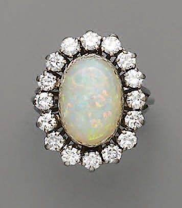 BAGUE opale cabochon et diamants, en or