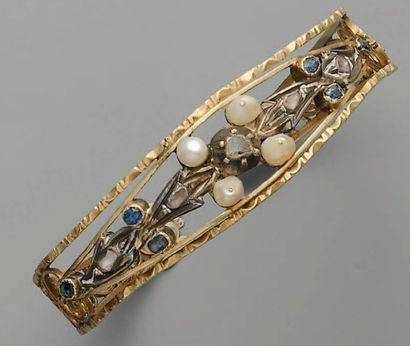 BRACELET rigide, XIXe, en or, perles, saphirs...