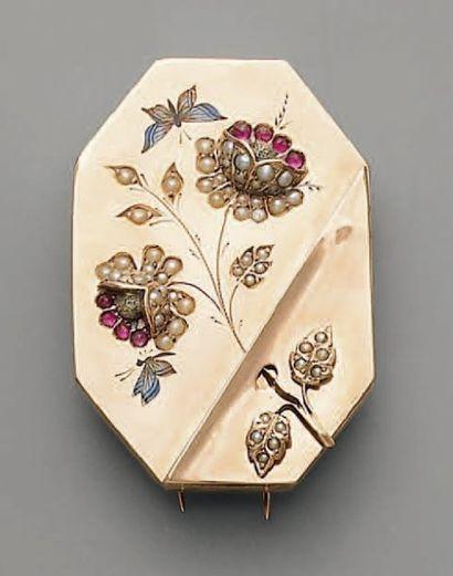 BROCHE reliquaire, 1900, en or, émail, rubis...