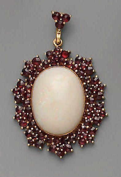 PENDENTIF, opale et grenats, en or