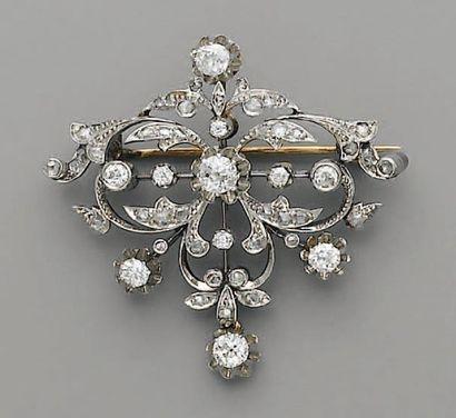 BROCHE 1900, volutes, diamants, en or et...