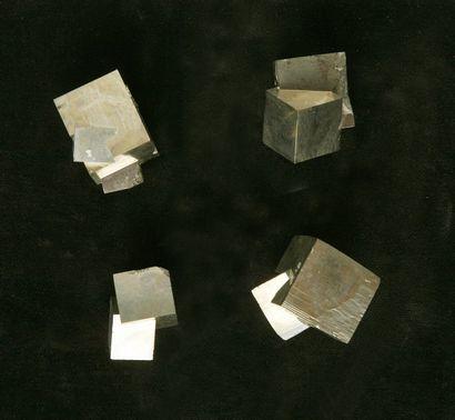 Quatre cristaux de Pyrite - Cubiques maclés...