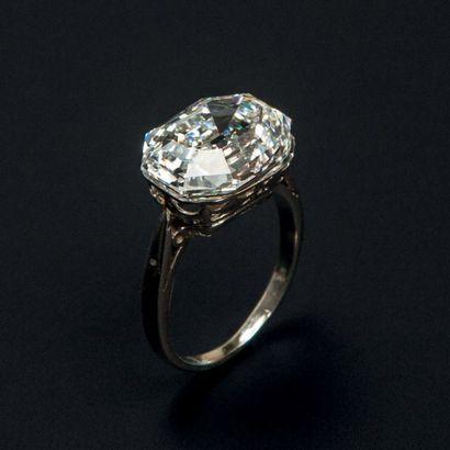 Bague en platine (950°/00) sertie d'un diamant rectangulaire à pans coupés et à...