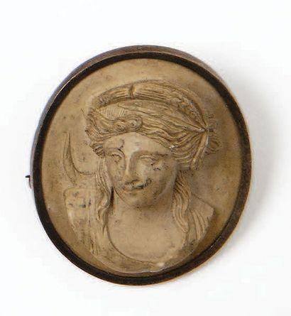 Broche ovale en métal blanc serti d'un camée...