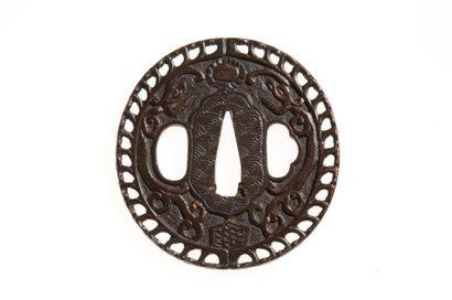 JAPON - Epoque EDO (1603 - 1868), XVIIIe siècle Nagamaru gata en fer à décor ciselé...
