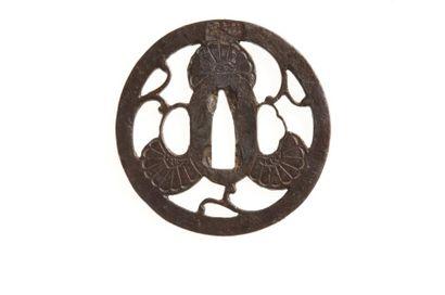 JAPON - Début Epoque EDO (1603 - 1868) Nagamaru gata en fer à décor ajouré en yo-sukashi...