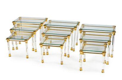 Trois tables gigognes en Plexiglas et verre...