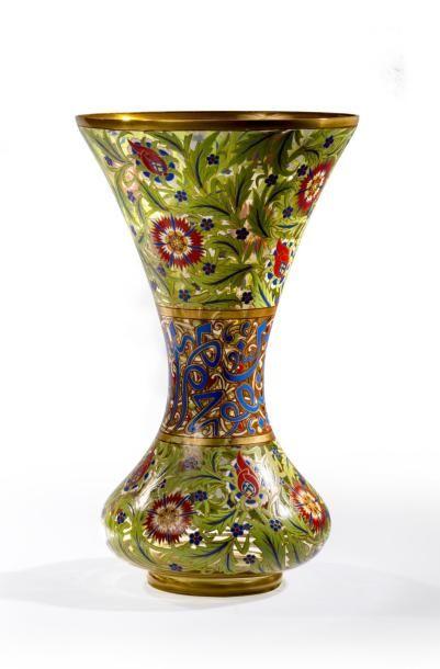 Vase en verre émaillé à col évasé à décor...