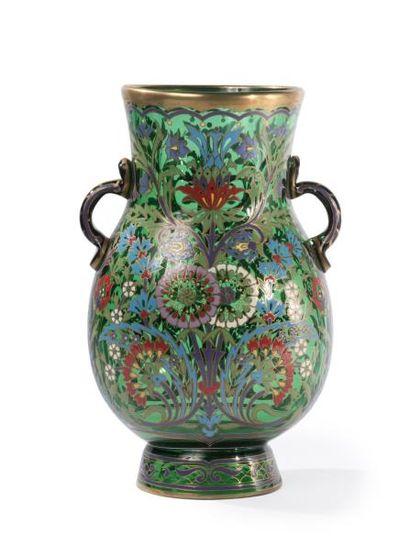 Vase en verre à anses, émaillé à décor p...