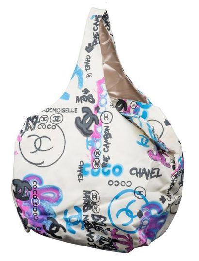 CHANEL Sac en toile motif de graffitis «coco mademoiselle» fond blanc, lettrage...
