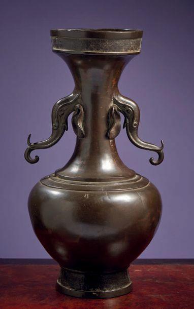 JAPON Epoque EDO (1603 - 1868) Vase de forme balustre à col étroit et bord évasé...