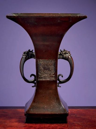 """JAPON Epoque EDO (1603 - 1868) Vase de forme """"gu"""" en bronze à patine brune, le corps..."""