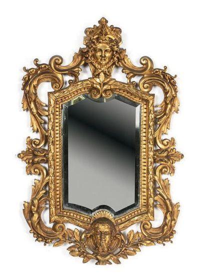Miroir mouvementé en bronze ciselé et doré...