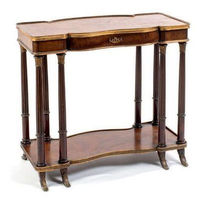 Petite table de salon en acajou et placage...
