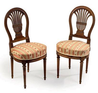 Paire de chaises en acajou mouluré à dossier...