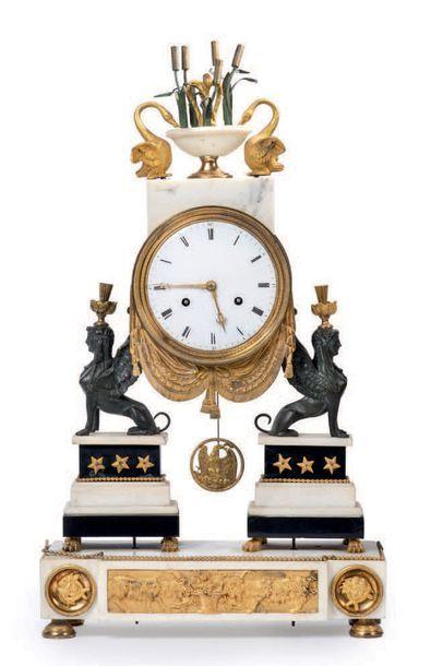 Pendule en marbre blanc et marbre noir, bronze...