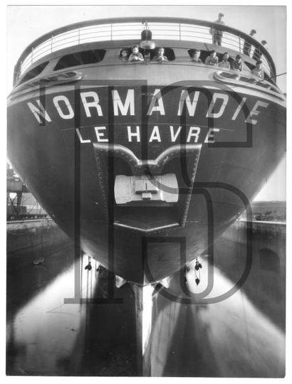 Quinze photos retirage de qualité, Normandie en cale sèche dans la forme Joubert;...