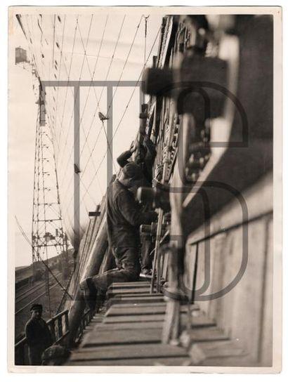 Seize photos originales dont une par François KOLLAR Normandie peu avant son lancement;...