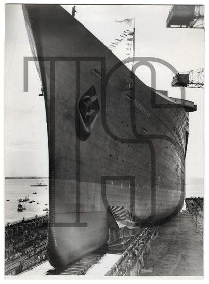 Douze photos originales du lancement du paquebot Normandie dont 2 par François KOLLAR....